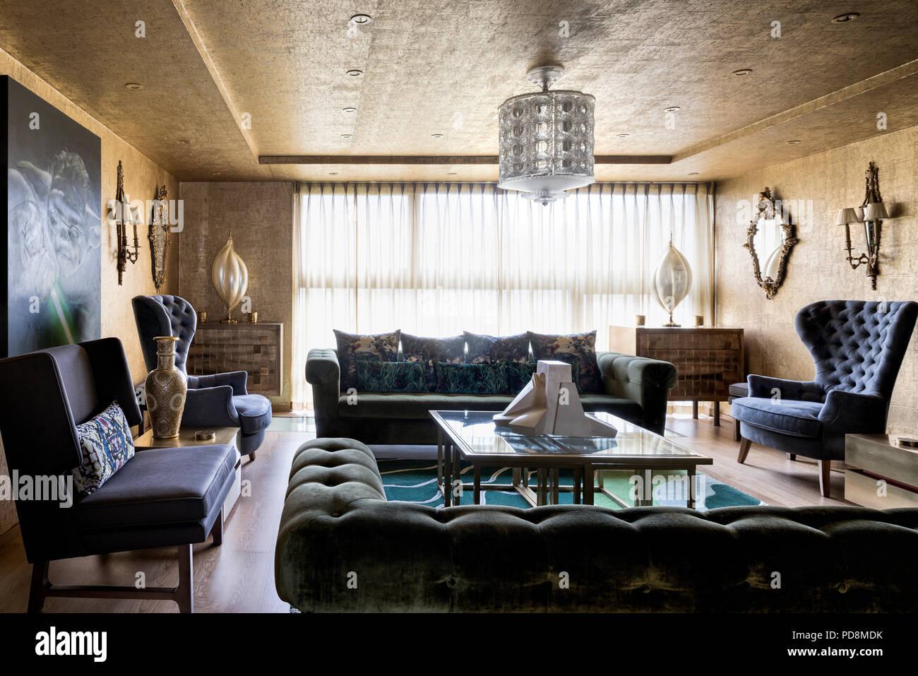 Vintage Möbeln in Gold Wohnzimmer von London home Stockfoto, Bild ...