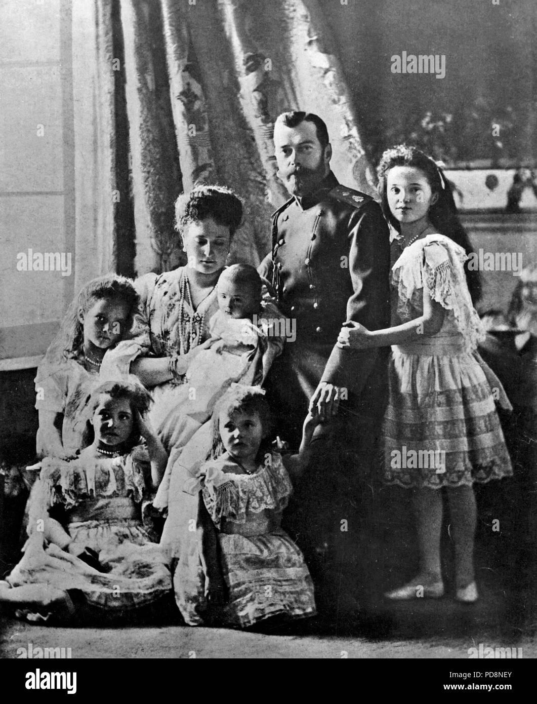Zar Nikolaus II. von Russland. 1868-1918. Der letzte Kaiser von Russland. Hier im Bild zusammen mit seiner Frau Alexandra und seine fünf Kinder Tatiana, Anastasia, Alexei, Maria und Olga. 1904 Stockbild