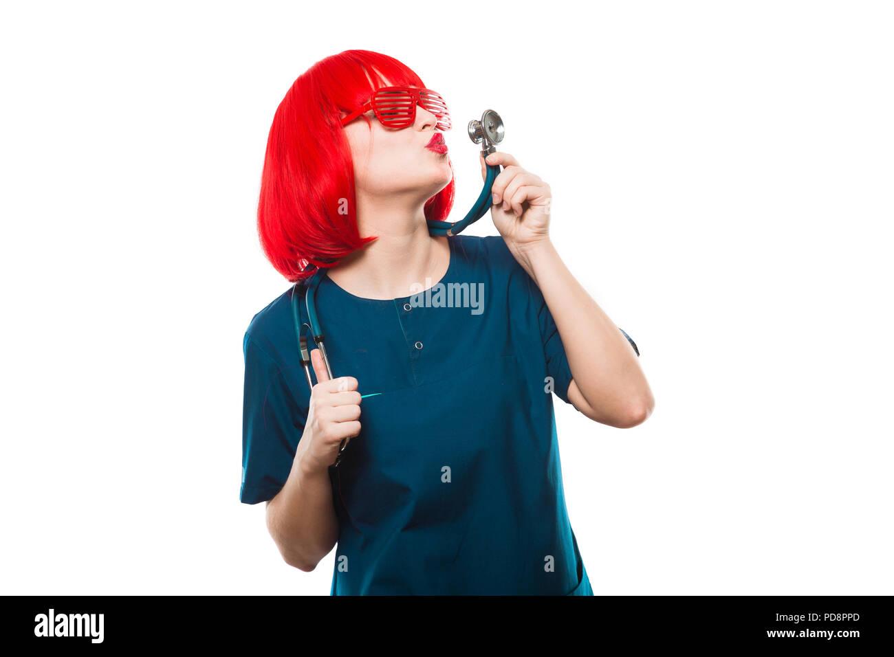Attraktive Lustig Smilling Kaukasischen Brunette ärztin In Rot