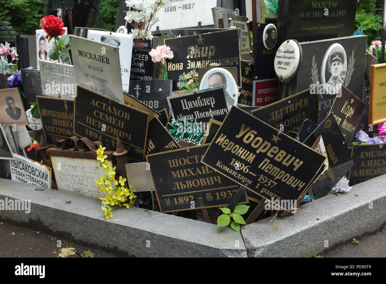 Gemeinsames Grab von unclaimed Asche Nummer eins, wo die Leute von der NKWD heimlich von 1930 bis 1942 begraben wurden, am Donskoye Friedhof in Moskau, Russland. Es wird geglaubt, daß das Massengrab enthält die Überreste von 4259 Opfer von Stalins Regime. Die Plaketten mit den Namen wurden von den Angehörigen seit den 80er Jahren installiert. Die Plaketten für die Rote Armee Kommandanten Ieronim Uborevich und Iona Yakir ausgeführt 1937 im Bild unter anderen gesehen werden. Stockbild