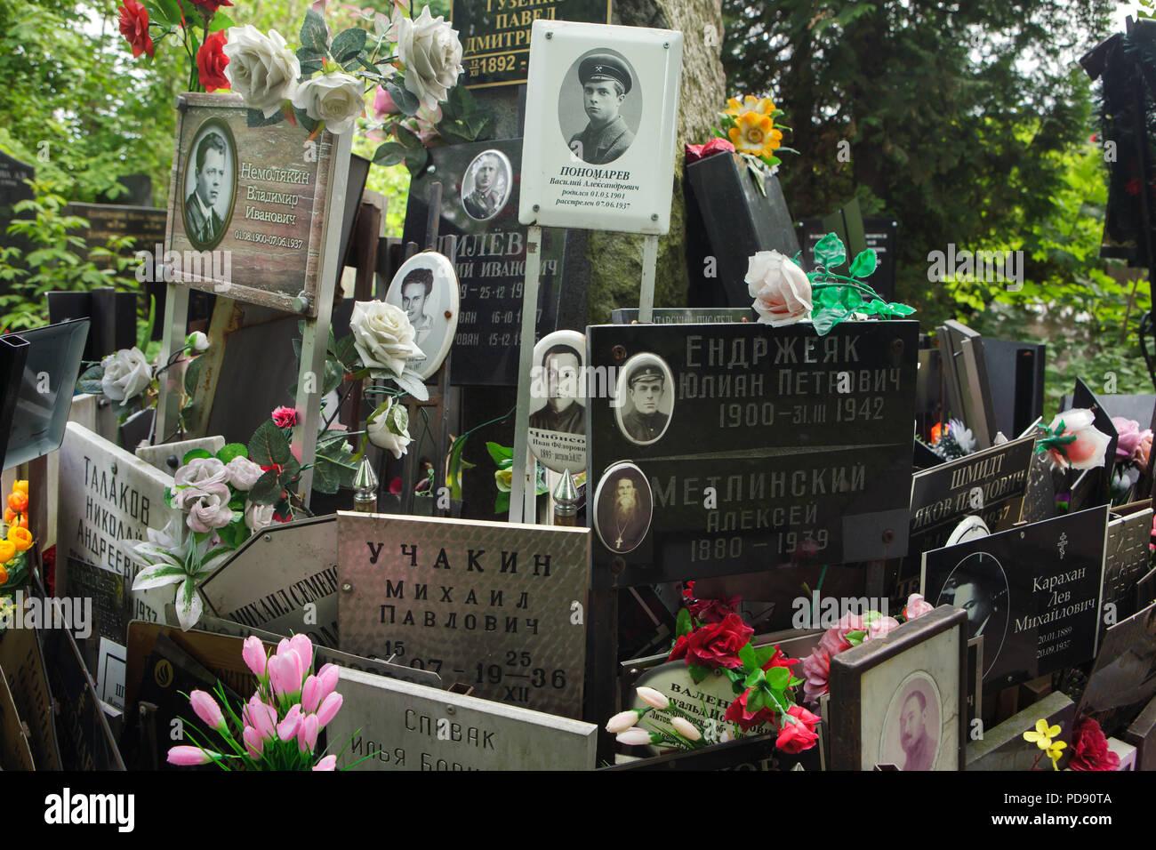 Gemeinsames Grab von unclaimed Asche Nummer eins, wo die Leute von der NKWD heimlich von 1930 bis 1942 begraben wurden, am Donskoye Friedhof in Moskau, Russland. Es wird geglaubt, daß das Massengrab enthält die Überreste von 4259 Opfer von Stalins Regime. Tafeln mit den Namen von Verwandten seit den 80er Jahren installiert. Stockbild