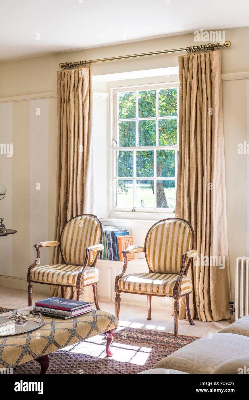 Paar Gestreifte Antike Stühle Im Fenster Der Wohnzimmer Mit Regency