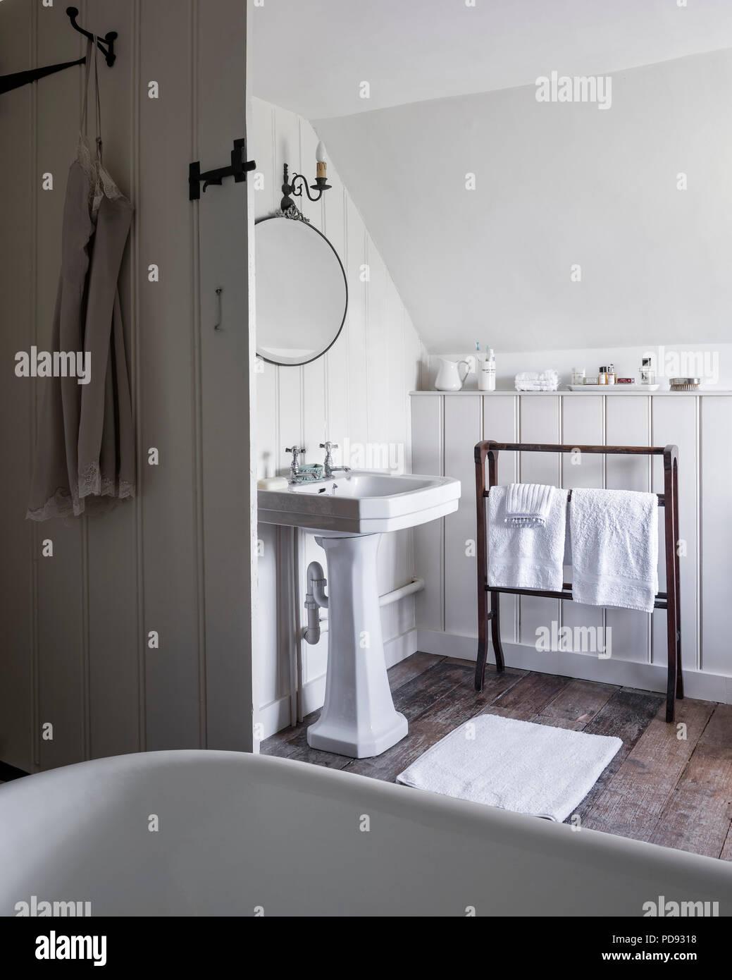 Freistehende Badewanne Im Dachgeschoss Badezimmer Mit Recyclingpapier  Wandverkleidung Und Sockel Becken