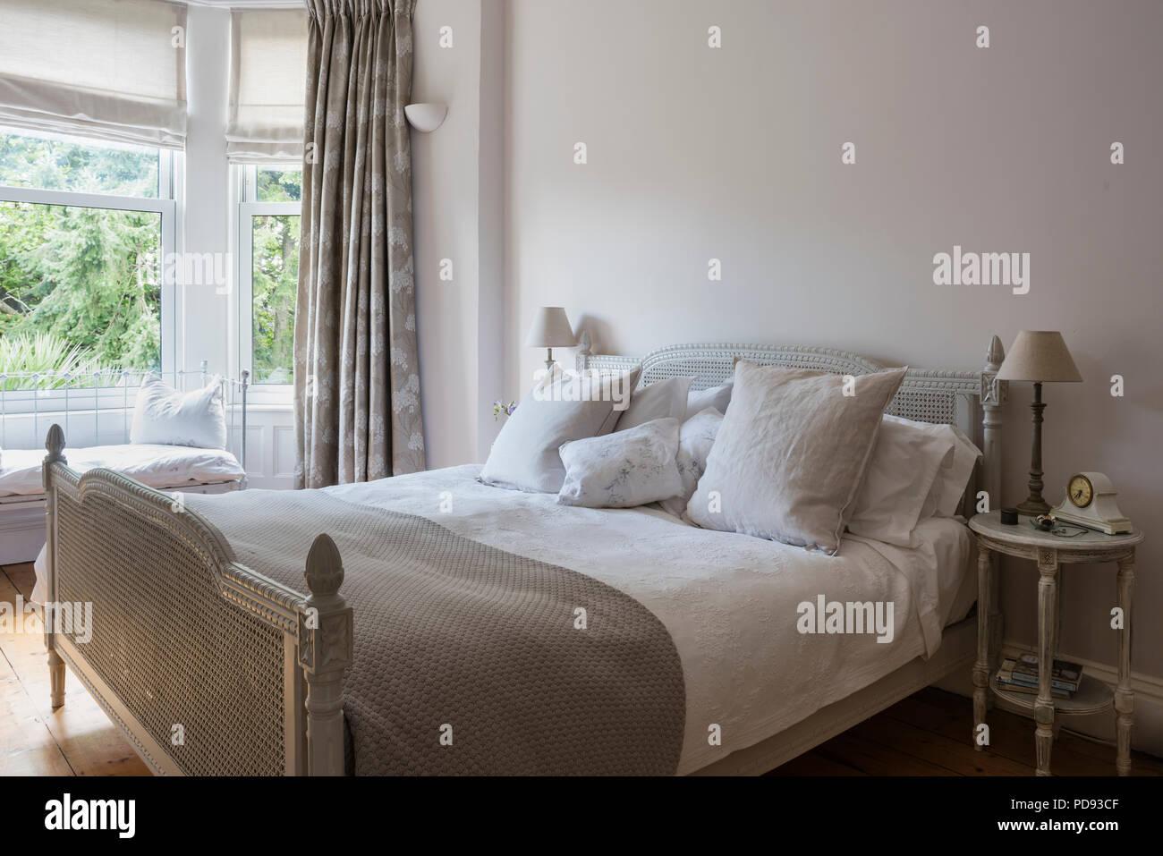 Antiken französischen rattan Bett im Schlafzimmer mit ...