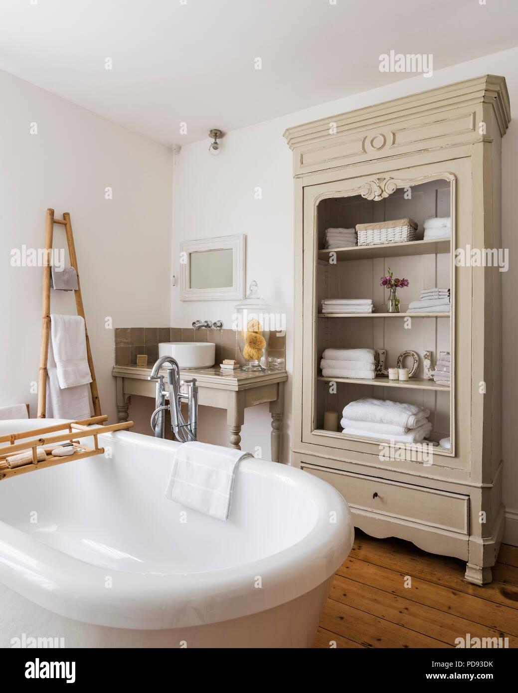 Grossen Schrank In Hohe Decken Im Landhausstil Badezimmer