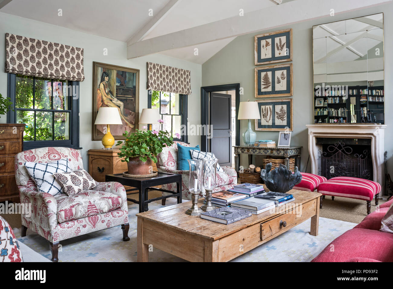 Sitzecke Im Wohnzimmer Mit Einem Paar Original Howard Stuhle In Einem Claremont Stoff Alessandro Gepolstert Und Ein 3er Sofa In Colefax Und Fowle Stockfotografie Alamy