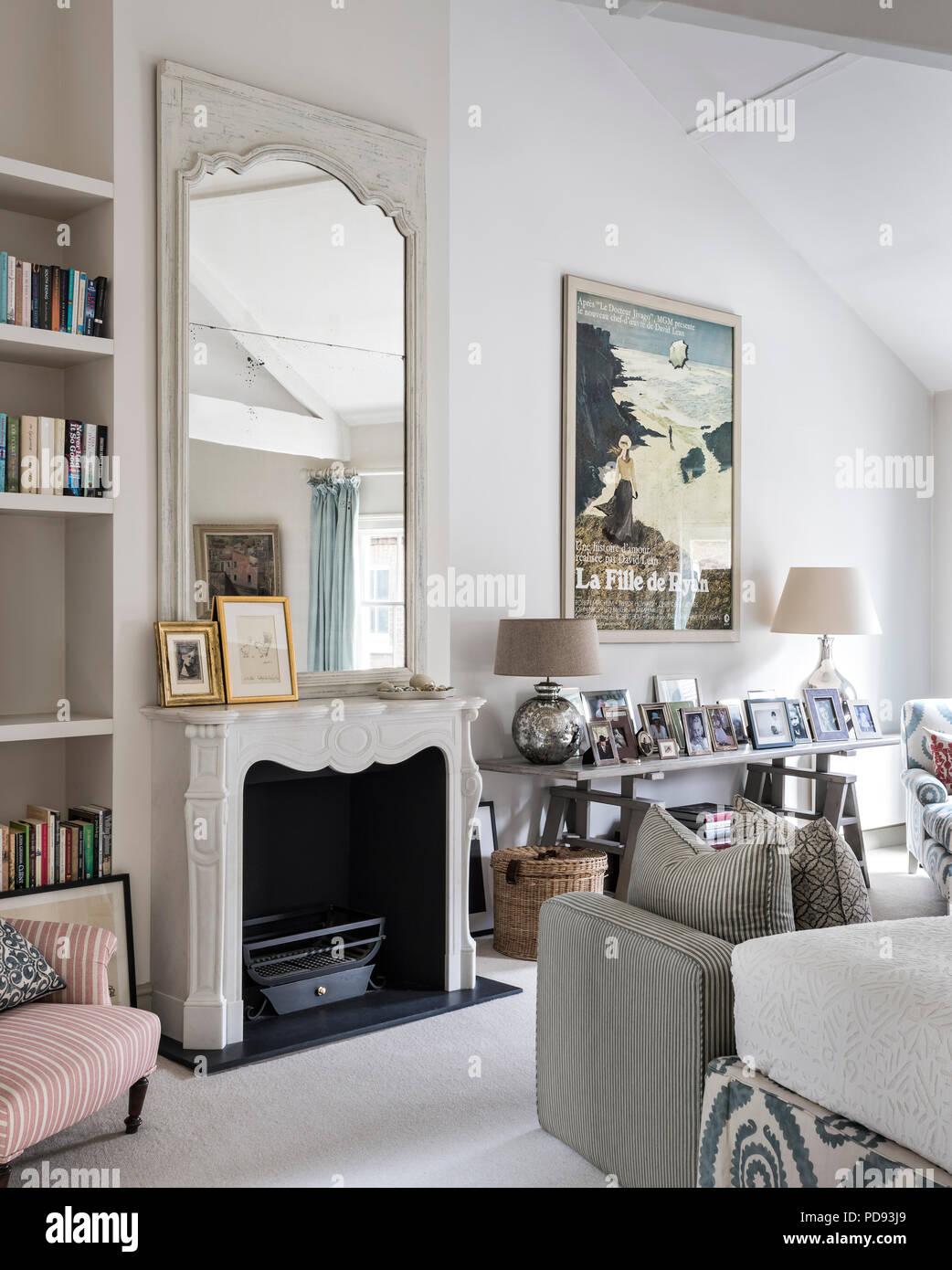 Eine riesige bemalte französischen Spiegel von appley Hoare sitzt über der Französischen Kamin im Schlafzimmer Stockfoto