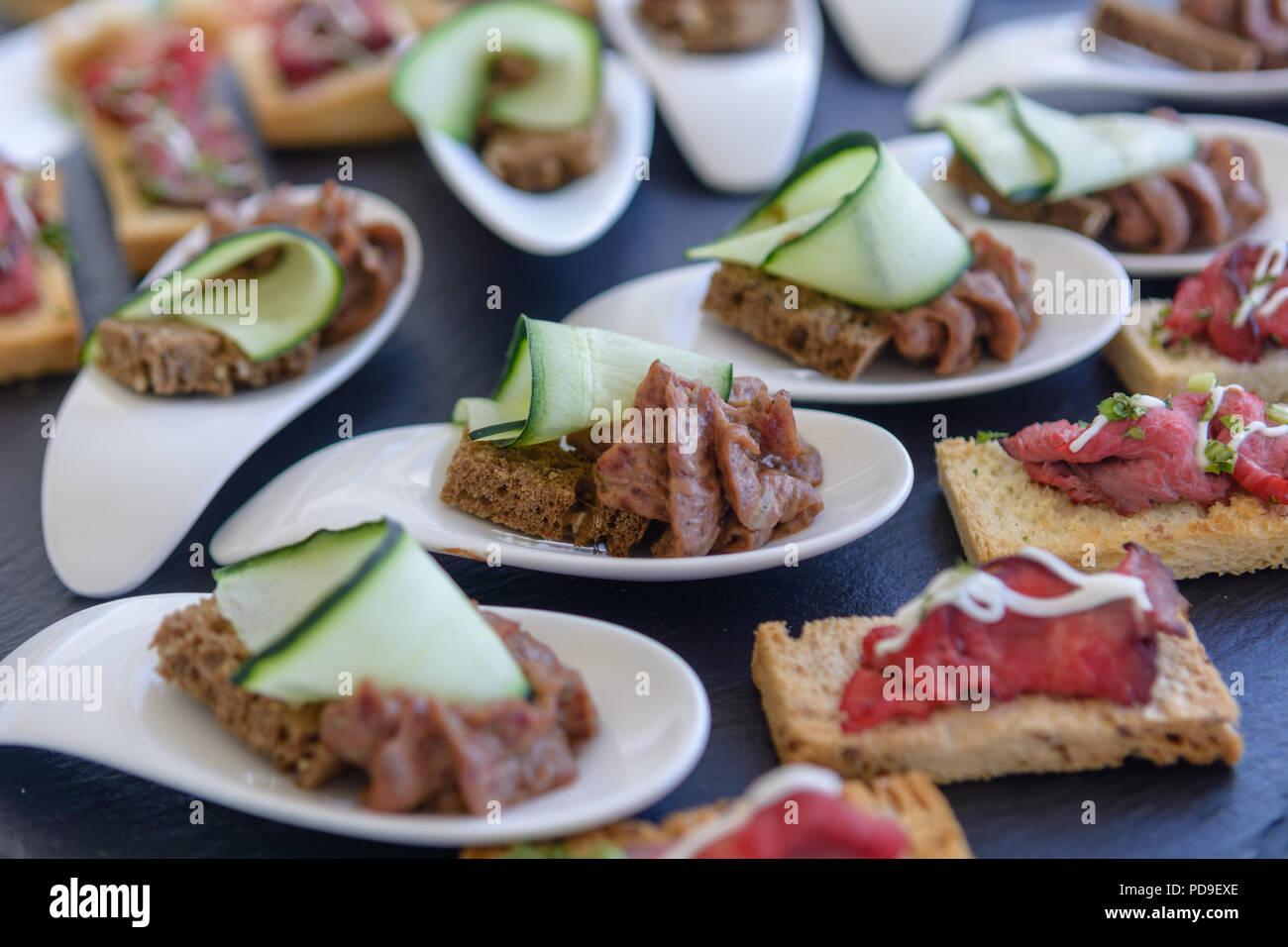Fingerfood auf schwarzen Stein Teller mit Brot serviert und geröstetem Weißbrot Stockbild