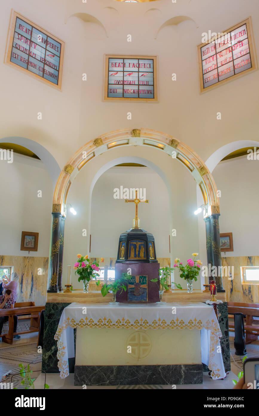 Berg der Seligpreisungen, Israel, 18. Mai 2018: Der Altar der Franziskanischen Katholische churce mit drei der Seligpreisungen aus der Bergpredigt wr Stockbild