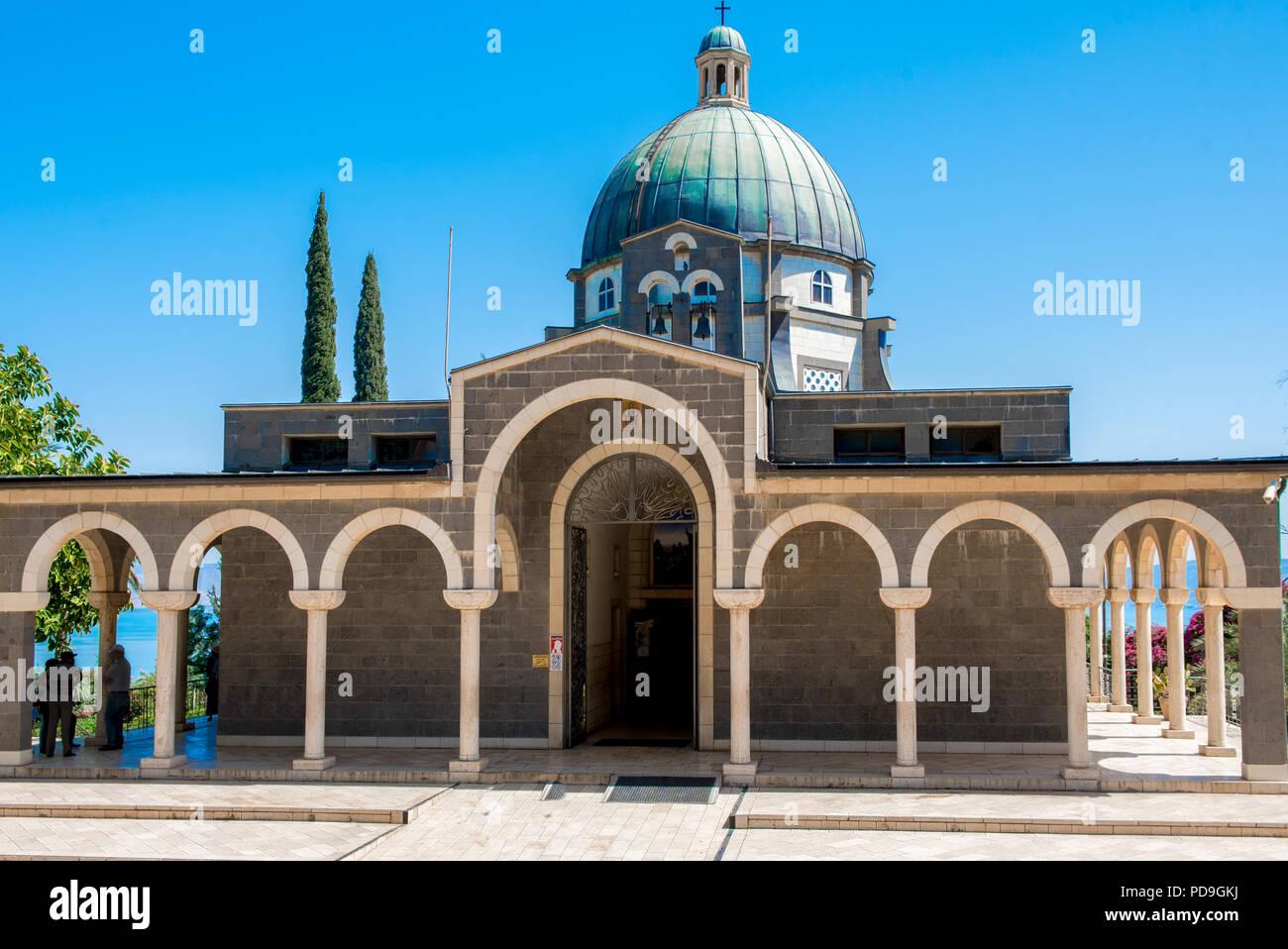 Kirche der Seligpreisungen, Israel, die Fassade und die Kuppel, dem Ort, wo Jesus die Bergpredigt gab mit der See Genezareth in der backgro Stockbild