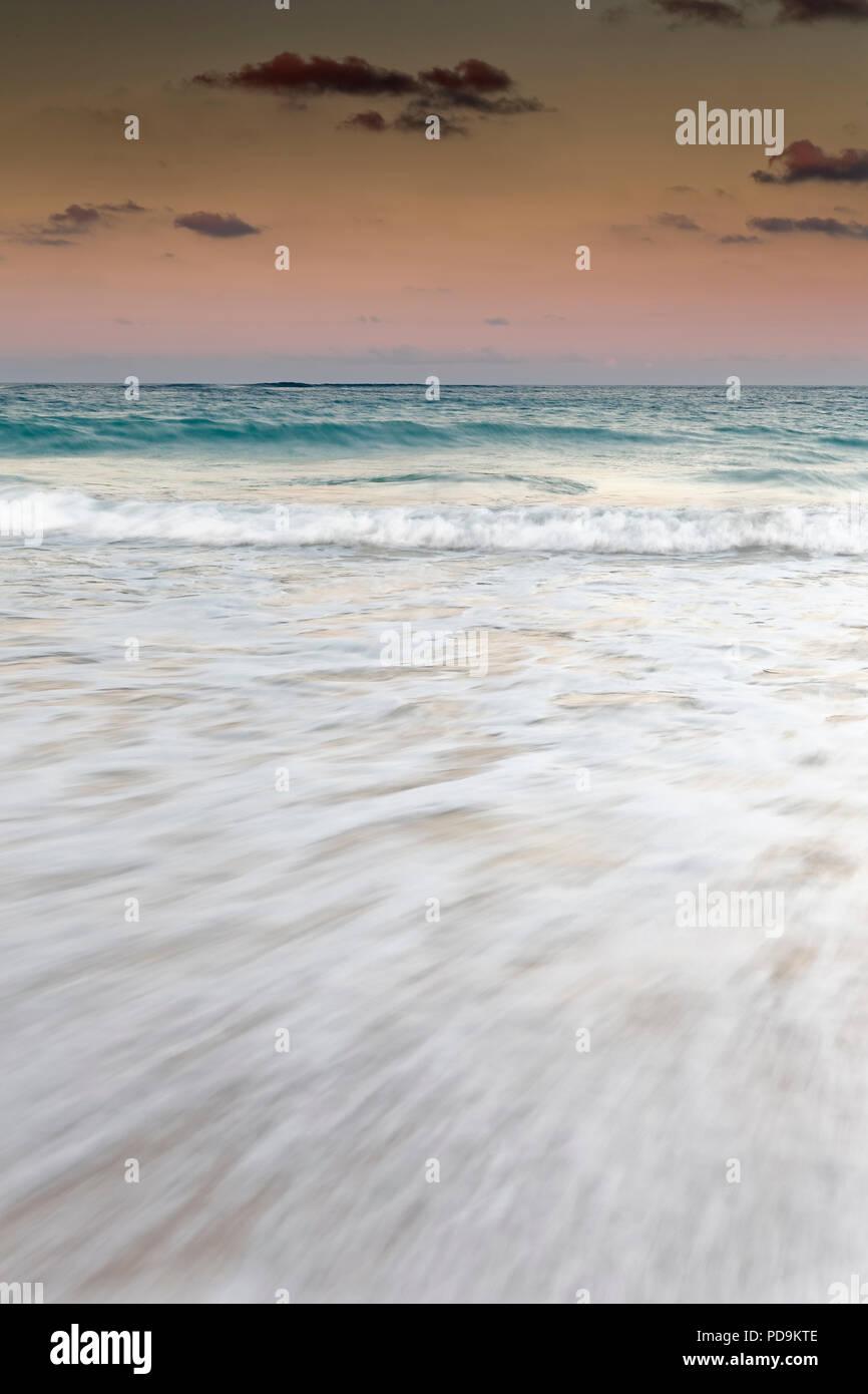 Während der Dämmerung über dem Meer surfen, Playa Bavaro, Punta Cana, Dominikanische Republik Stockbild