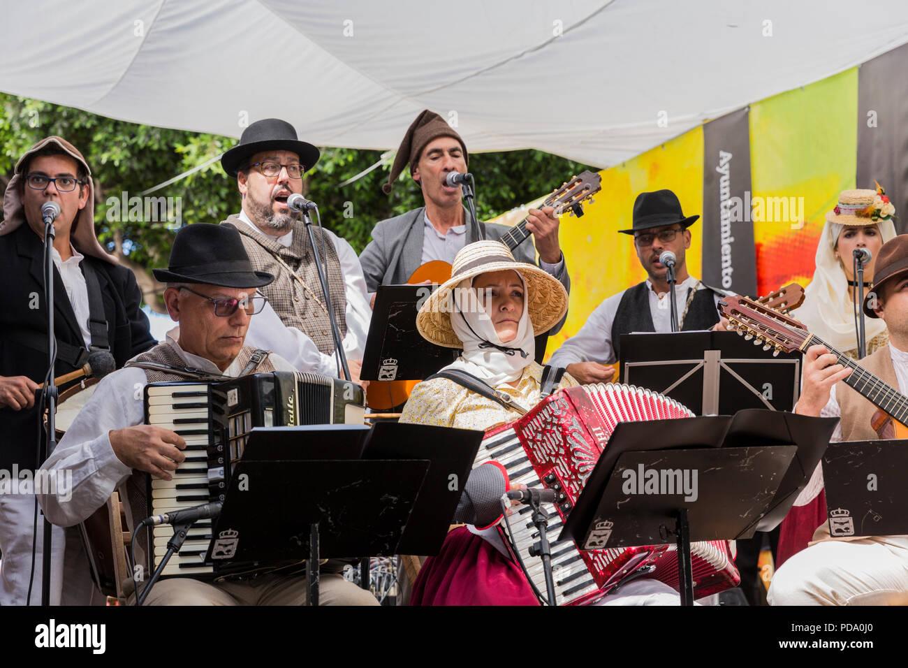 724d14ec30762 Folk Musiker mit accordians