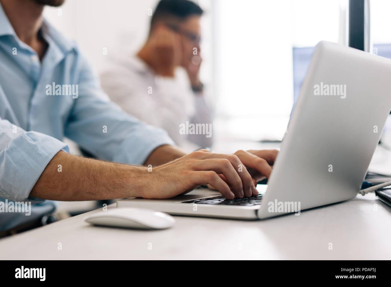 Software Entwickler im Büro arbeiten an Computern. Nahaufnahme eines Application Developer, der an einem Notebook arbeitet im Büro. Stockfoto