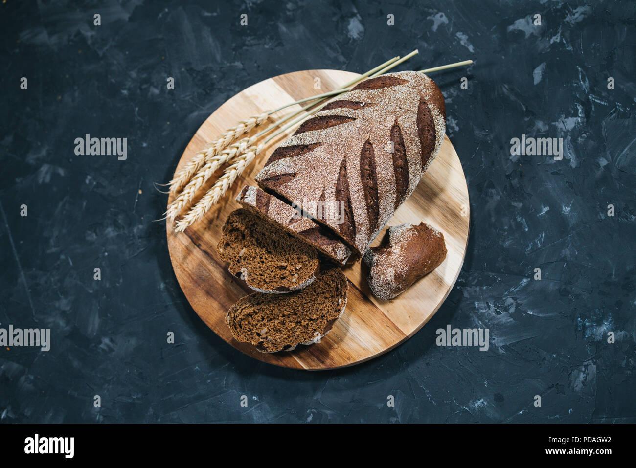Laib frisches geschnittenes Brot Stockbild