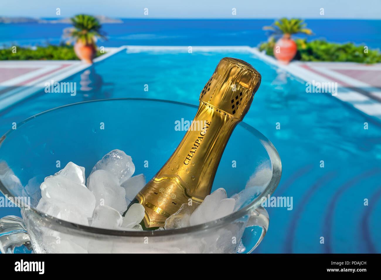 luxusurlaub flasche champagner auf eis k hlen in kristall glas wein k hler auf terrasse mit. Black Bedroom Furniture Sets. Home Design Ideas