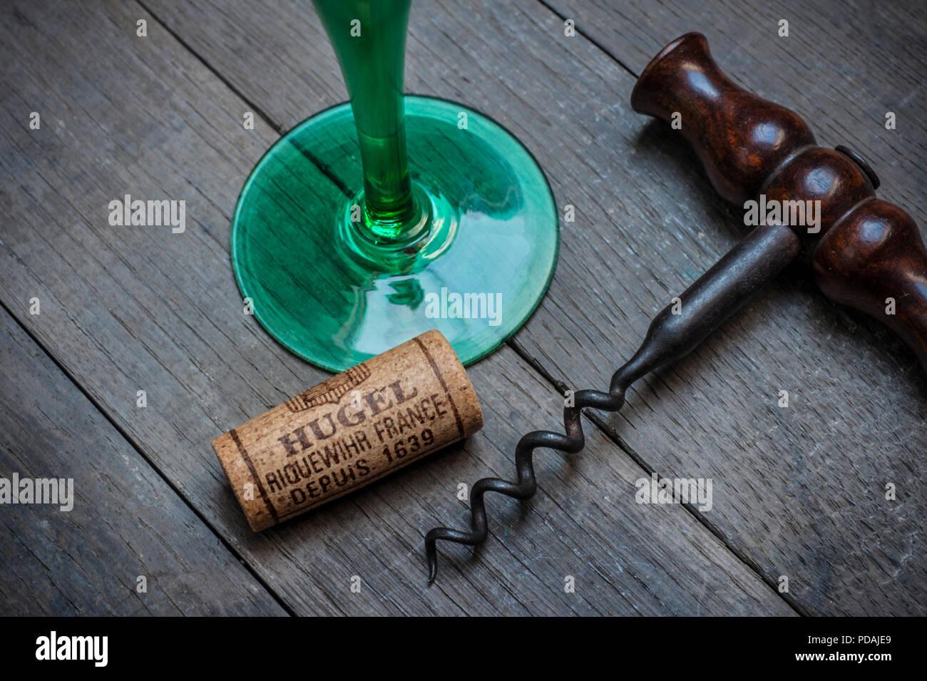"""Elsass HUGEL Wein Glas Korken und Korkenzieher in Moody Weinkeller Weinprobe Situation von namhaften Hersteller """"hugel"""" Riquewihr Elsass Frankreich Stockbild"""