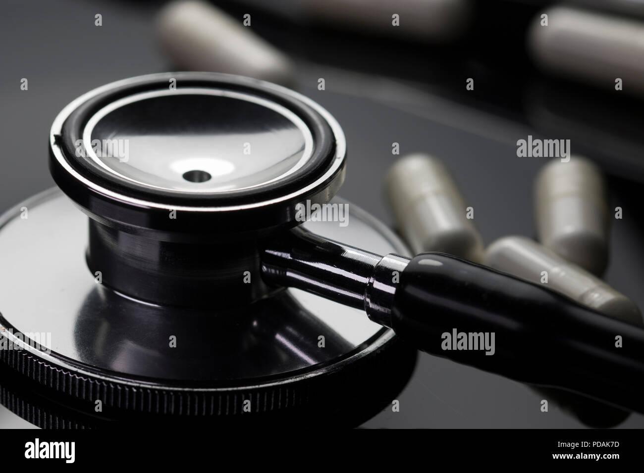 Fantastisch Health Care Konzept Mit Stethoskop Und Weiße Pillen. Saubere, Moderne,  Medizinische Bilder Mit Ärzten Geräte Und Medikamente.