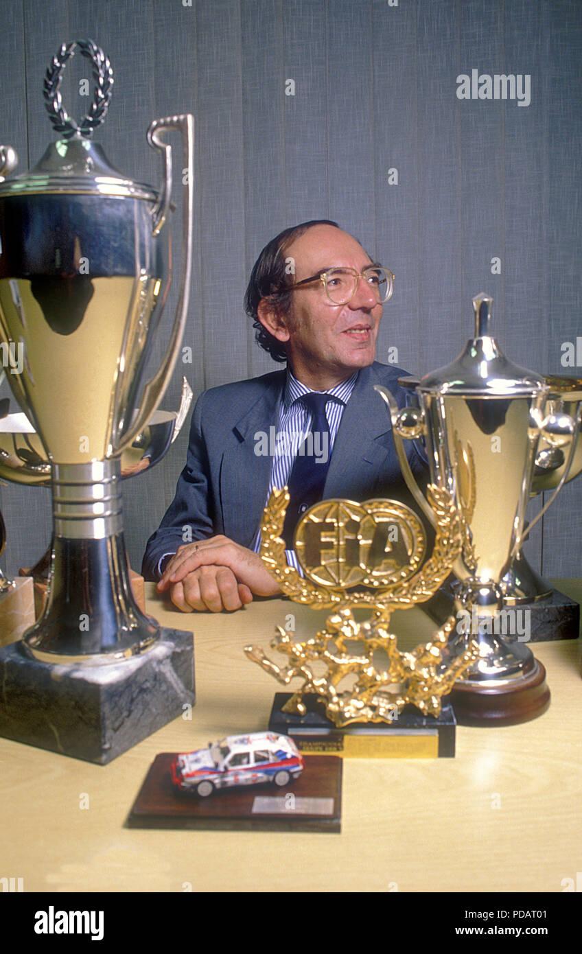 Claudio Lombardi Generaldirektor der Abarth und Lancia Rally Team in den 1980er und 1990er Jahren in seinem Büro mit vielen der Rallye Trophäen in Turin 1995 Stockbild