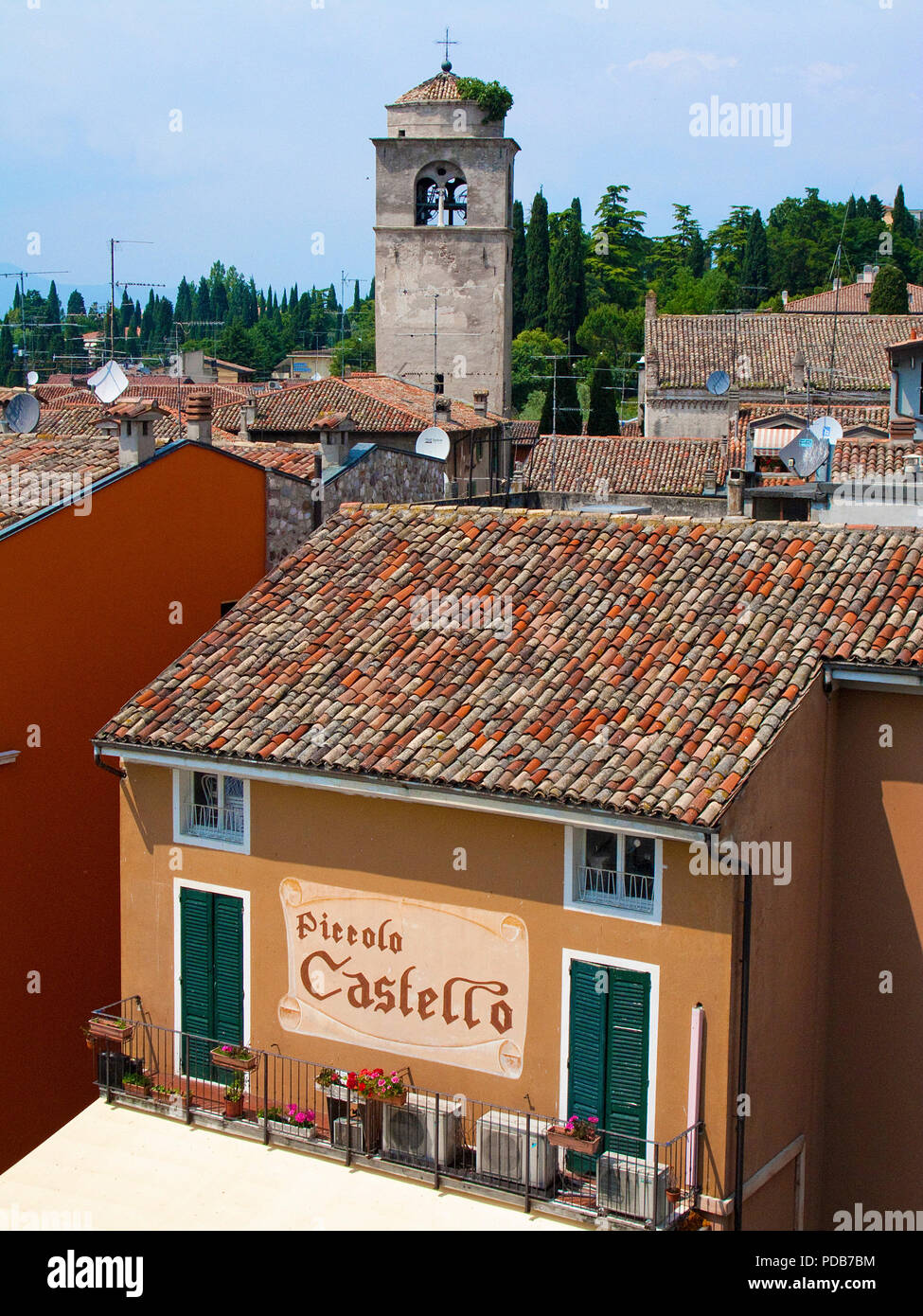 Blick von Scaliger Burg auf die Altstadt von Sirmione, Gardasee, Lombardei, Italien Stockbild