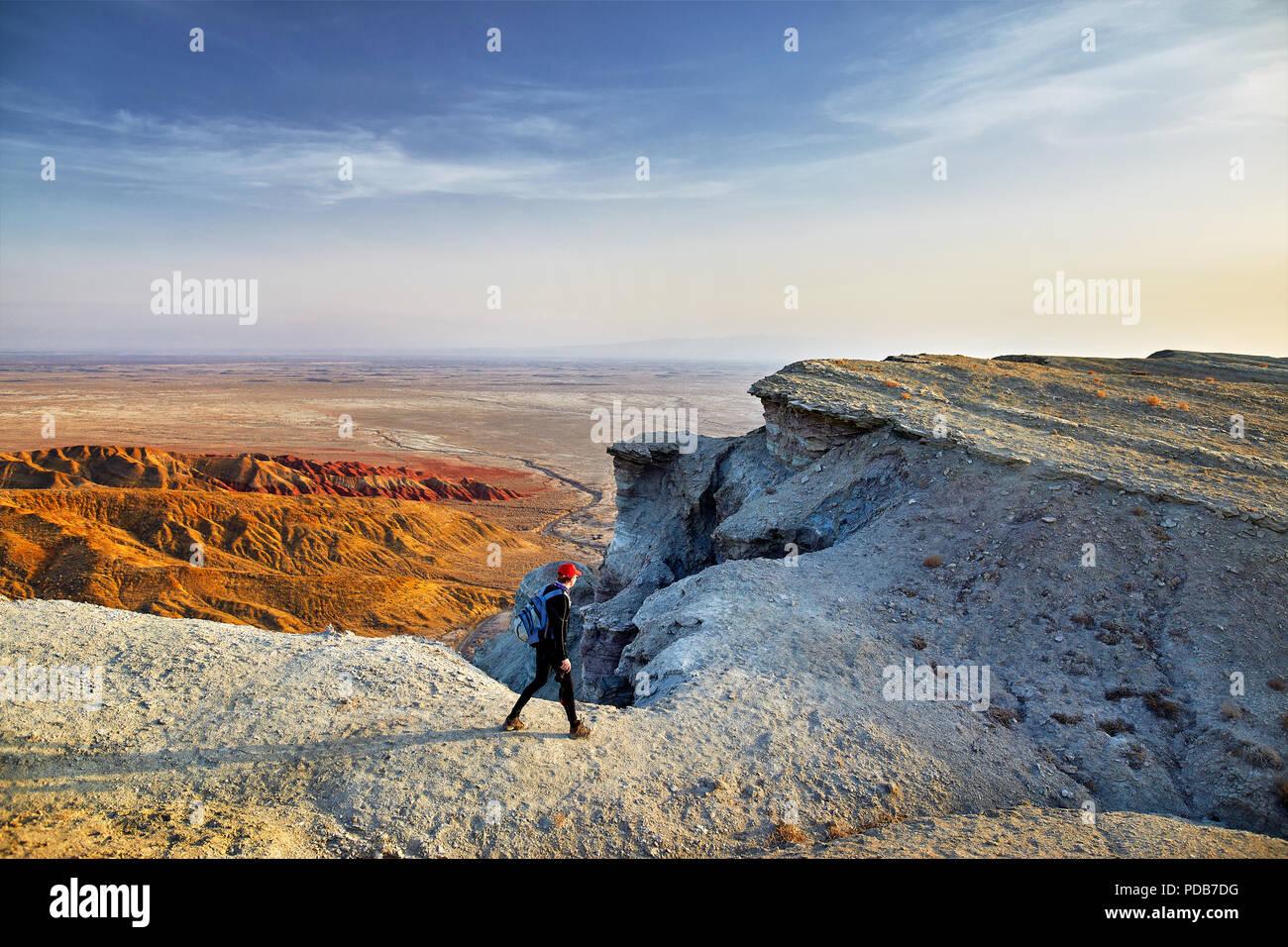 Touristische wandern im surrealen weiße Berge im Desert Park Altyn Emel in Kasachstan Stockbild