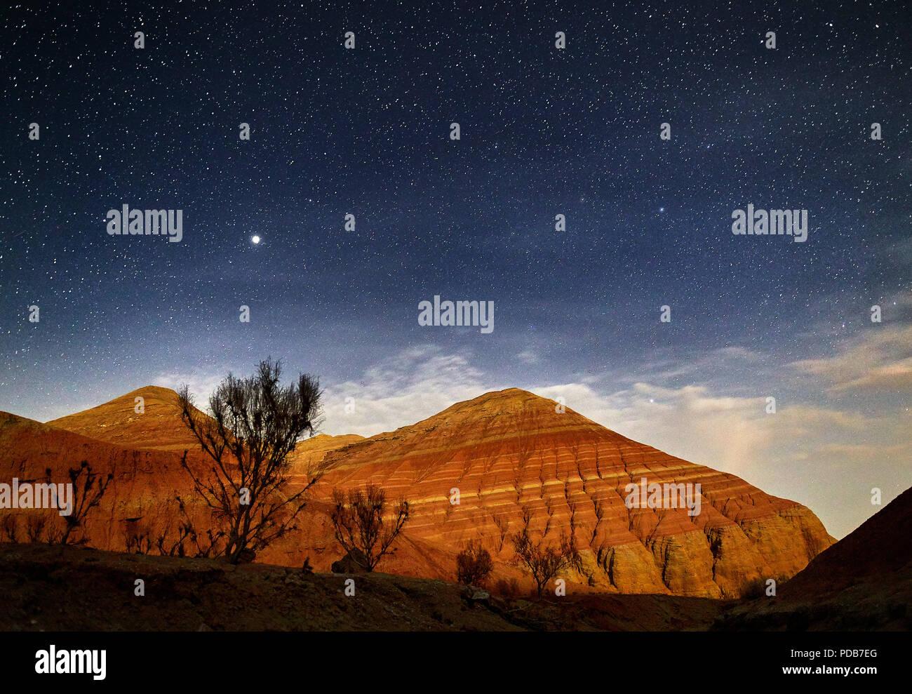 Rote Berge in der Schlucht Wüste bei Nacht Sternenhimmel Hintergrund. Astronomie Fotografie von Raum und Landschaft. Stockfoto