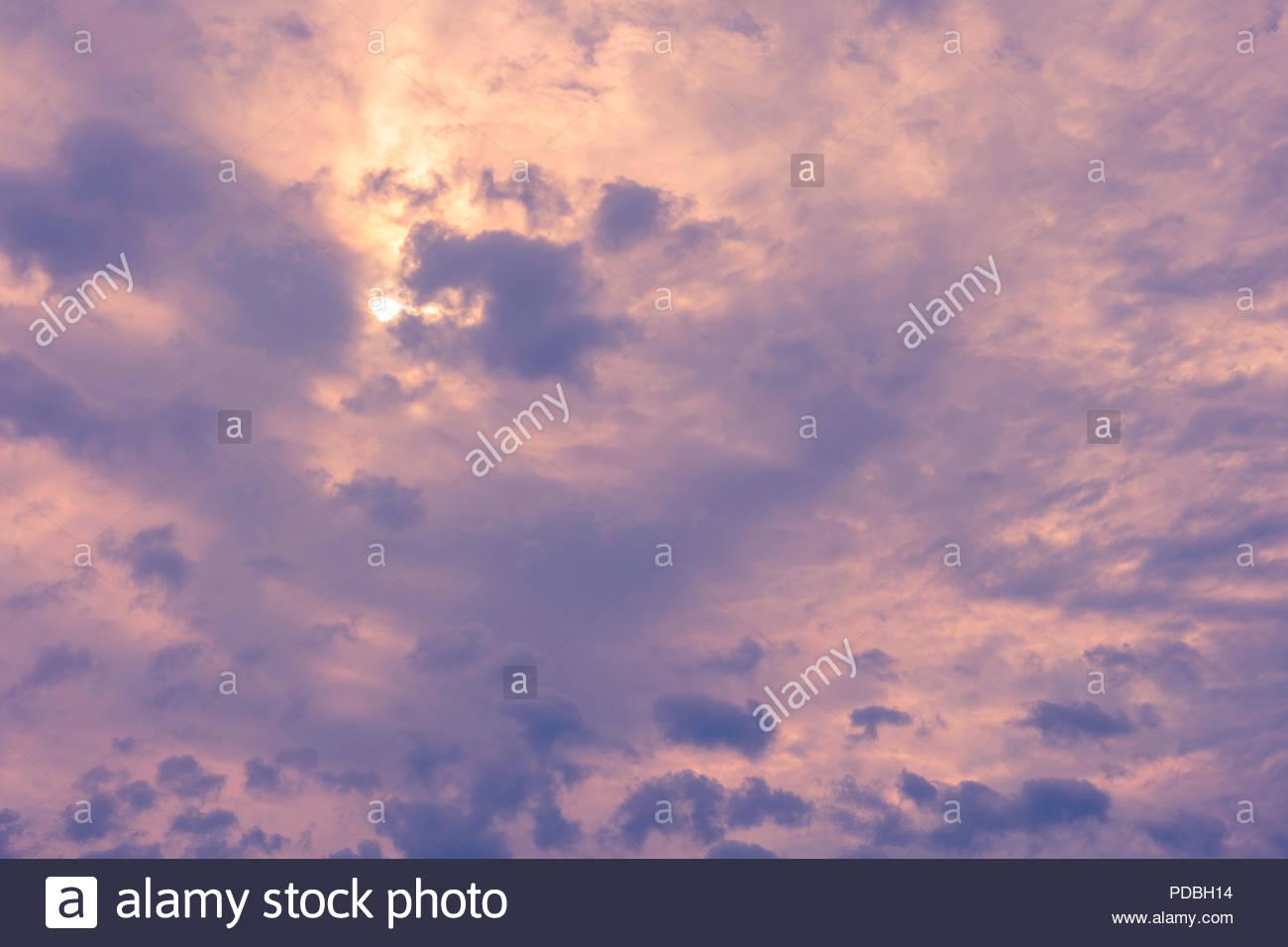 Bedrohlich Morgenhimmel mit nimbostratus und Stratus pannus Fractus Wolken Regen in den forcast Stockbild