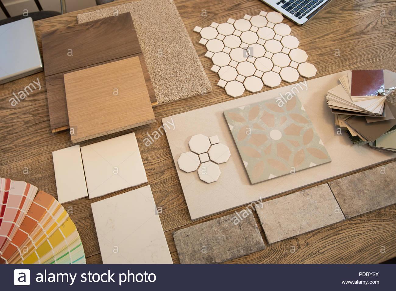 innenausbau fliesen, holz, teppich und farbmuster auf tisch