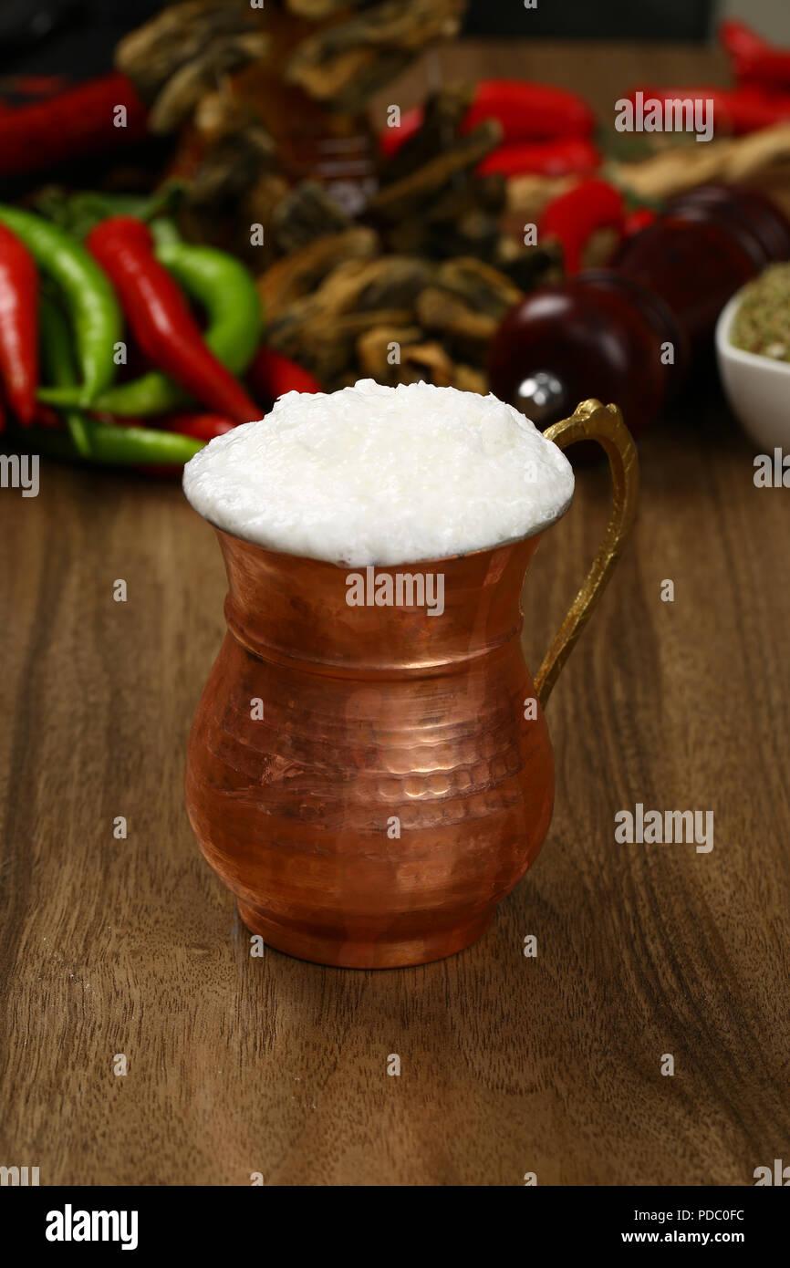 Türkische Getränke Ayran oder Buttermilch mit Schaumstoff in Kupfer ...