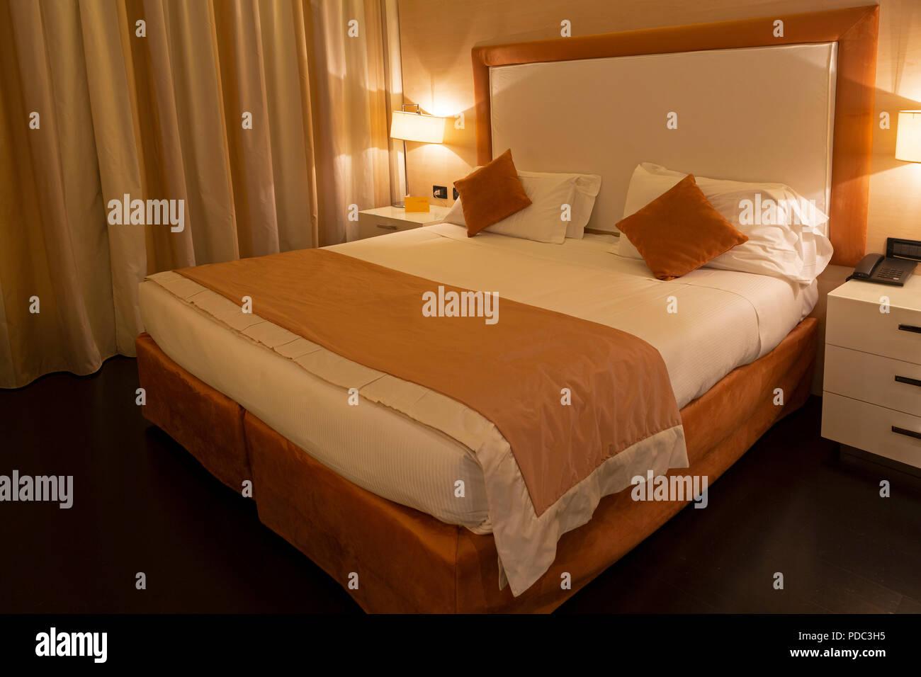 Schlafzimmer im Hotel Favorita in Mantua, Italien. Das Zimmer ist ...