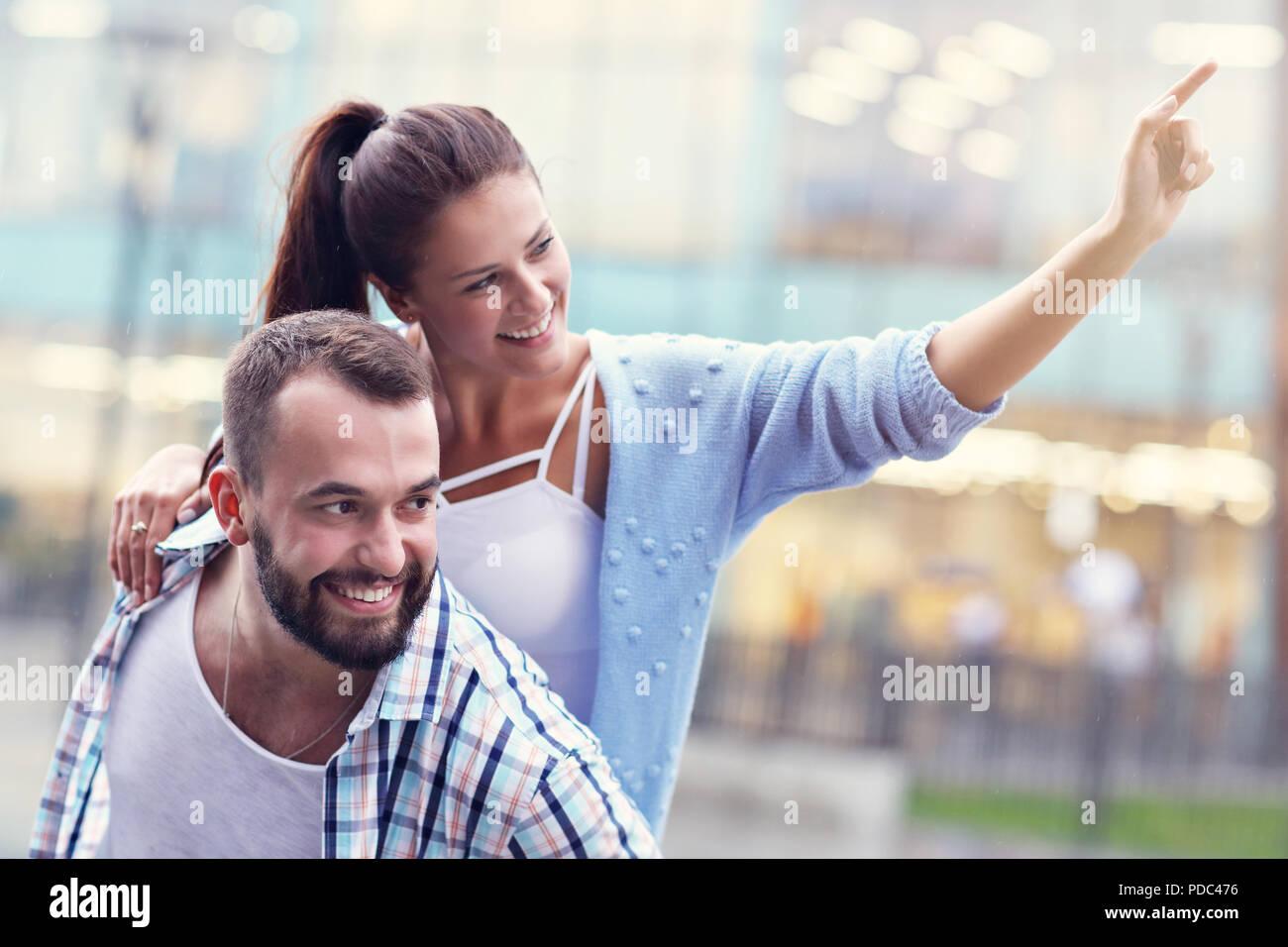 Glückliches Paar-dating in der Stadt Stockbild