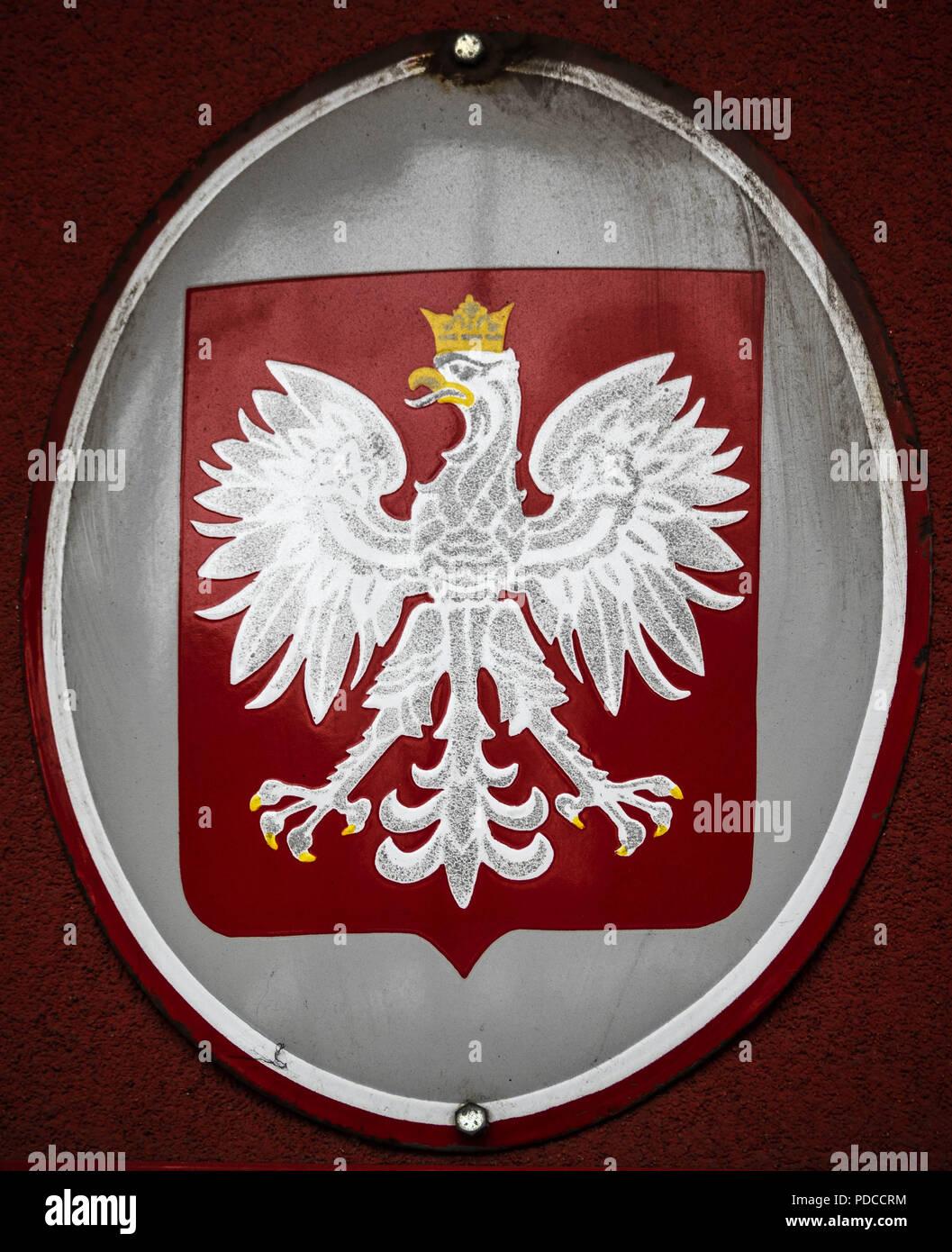 jacken mit roten wappen und weißem vogel