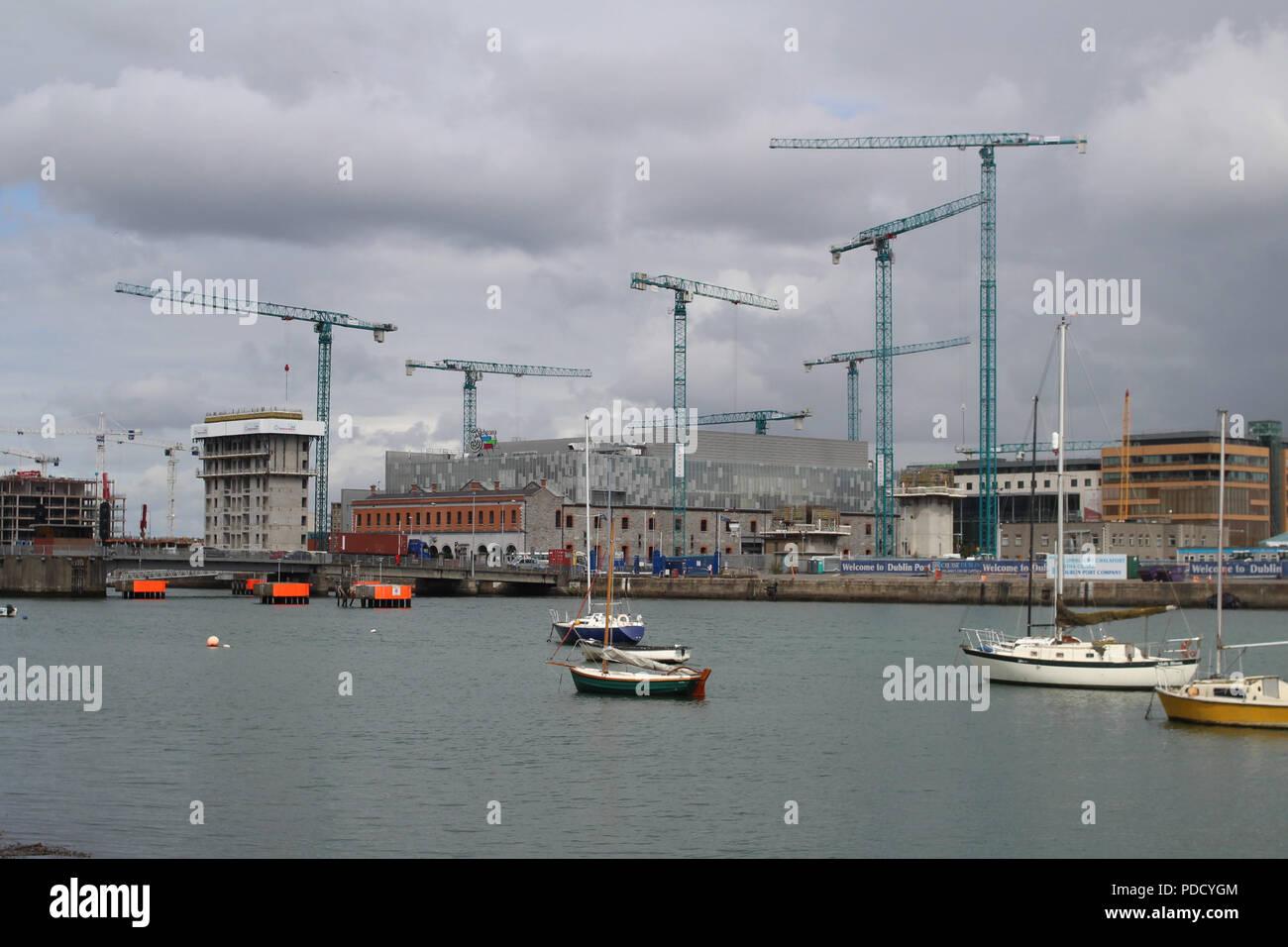 Baukräne Punktierung der Skyline auf der Nordseite des Dubliner Docklands. Stockbild