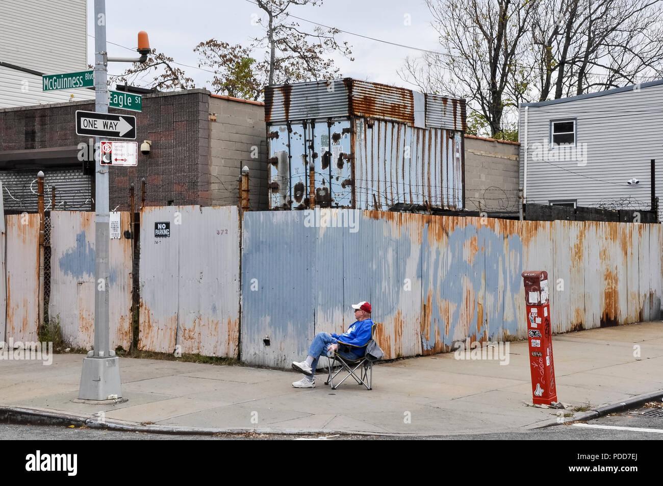 01-11-15, New York, USA. New York Marathon. Ein Zuschauer Uhren den New York Marathon Läufer, wie Sie seine Straße weiter. Foto: © Simon Grosset Stockbild