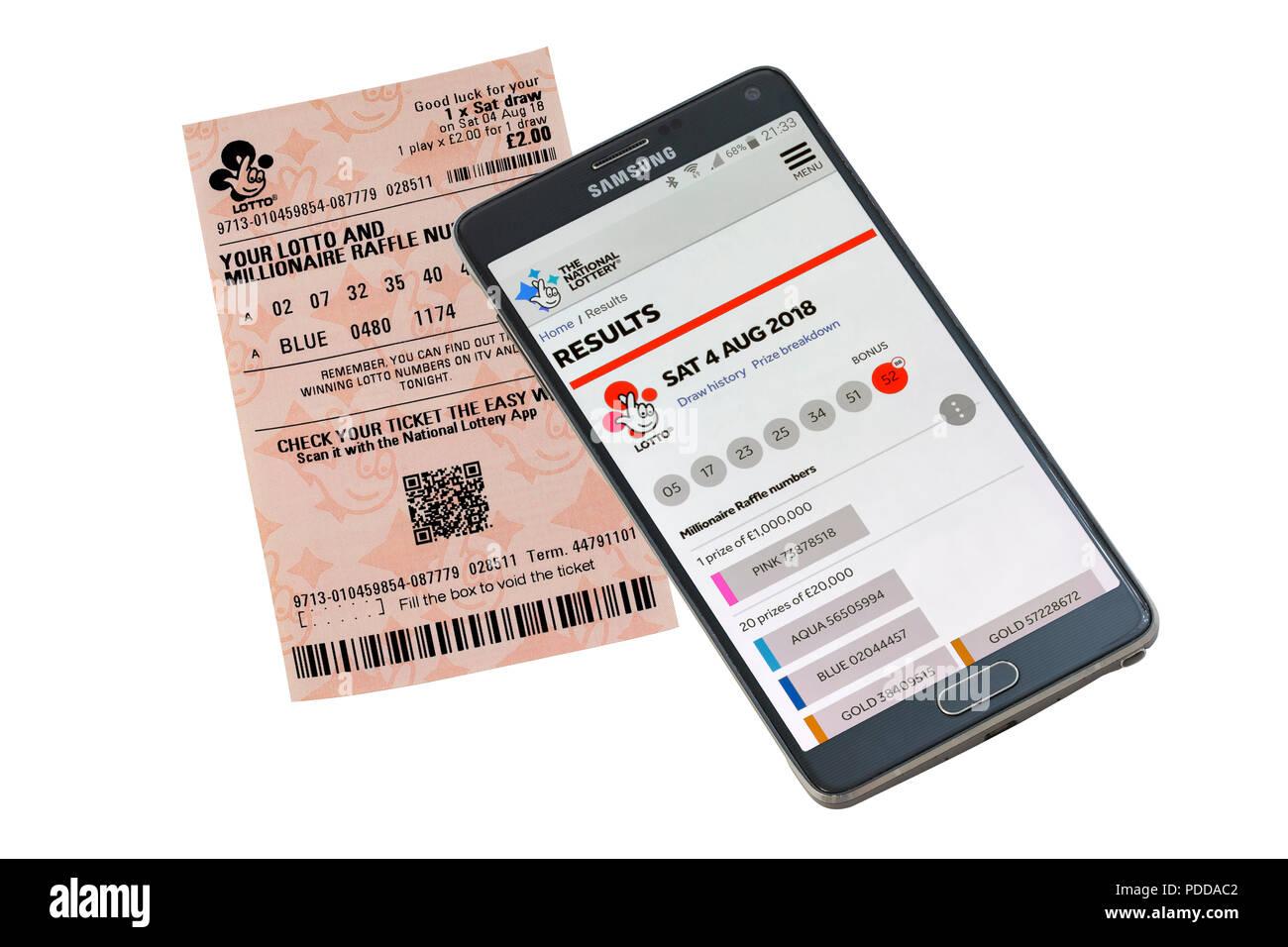 Smart Phone und Lottery Ticket isoliert auf einem weißen Hintergrund die Überprüfung von Ergebnissen Stockbild