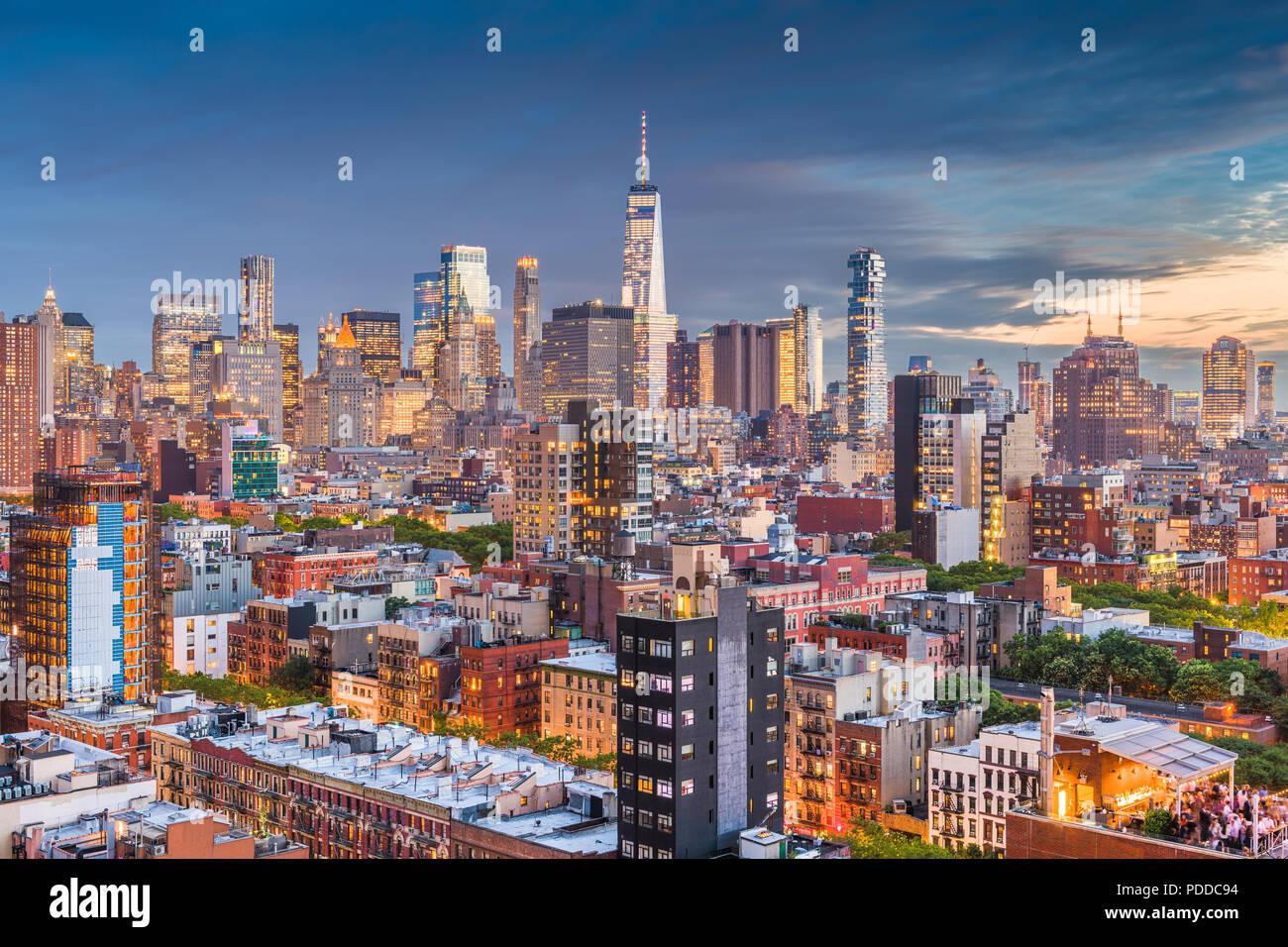 New York, New York, USA Financial District Skyline von Lower East Side in der Abenddämmerung. Stockbild