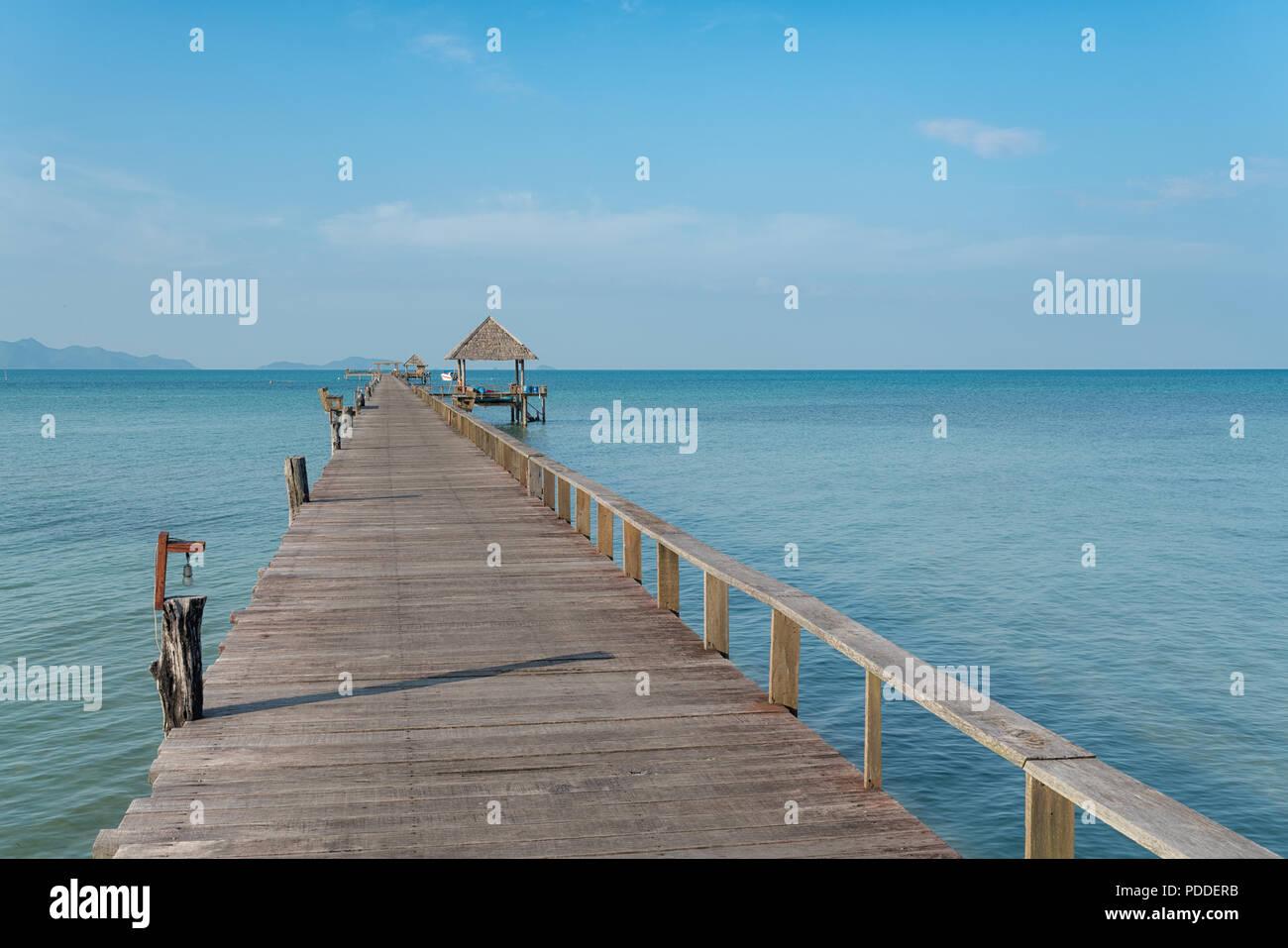 Hölzerne Seebrücke mit Boot in Phuket, Thailand. Sommer, Reisen, Ferien und Urlaub. Stockbild