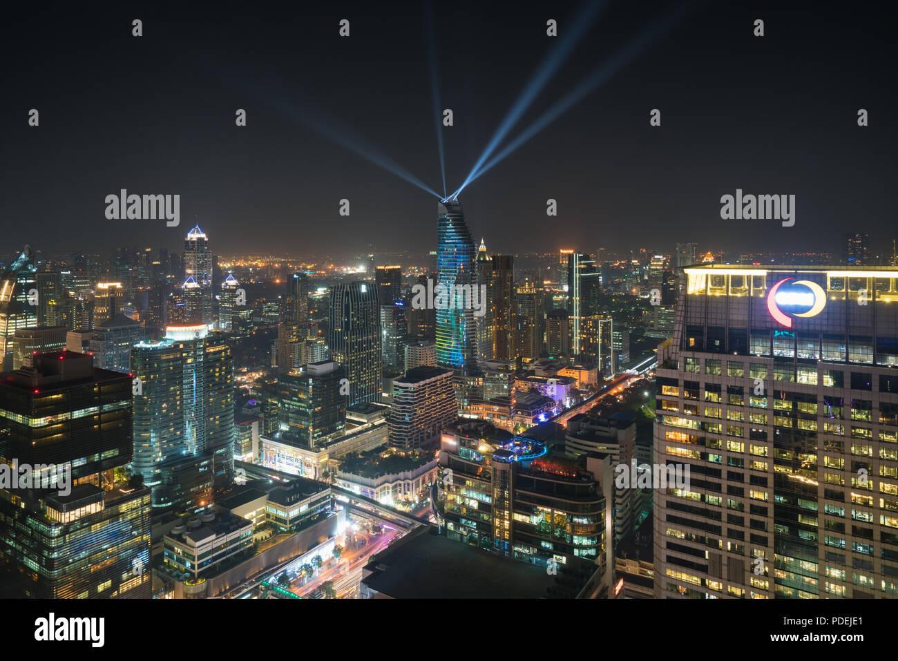 Nacht Ansicht mit Wolkenkratzer im Geschäftsviertel in Bangkok, Thailand. Lichtshow in Magnolien Ratchaprasong in Bangkok, Thailand. Stockbild