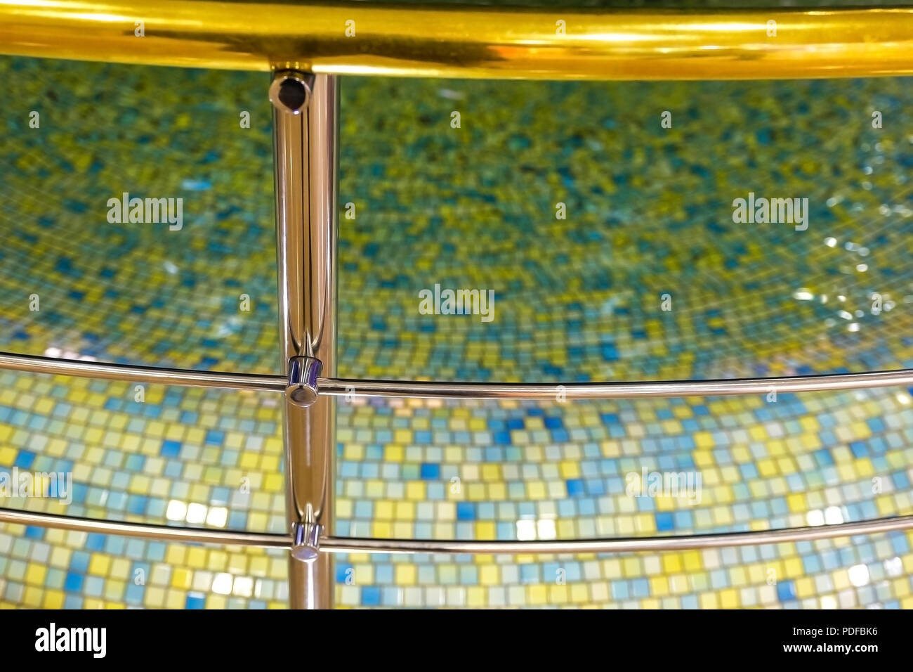 Chrom Zaun des Pool, Promenade Geländer und Wasser Pool als Dekor. Mosaik, Interior Design. Wasser Oberfläche. Stockfoto