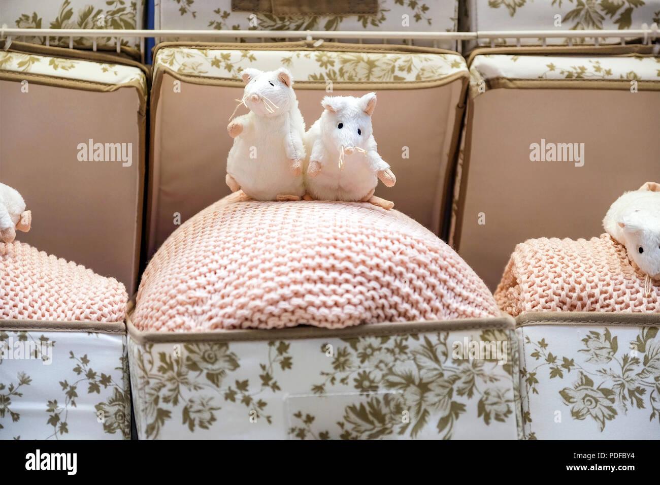 Süße Maus Spielzeug Mit Tasse Tee Sitzen Auf Einem Sofa