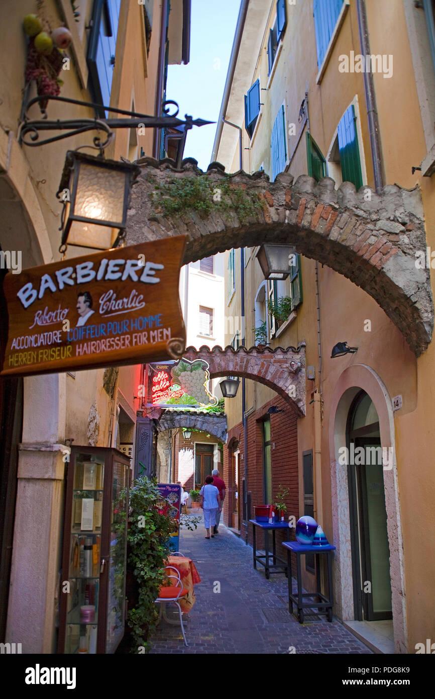 Gasse in der Altstadt von Garda, Provinz Verona, Gardasee, Lombardei, Italien Stockbild