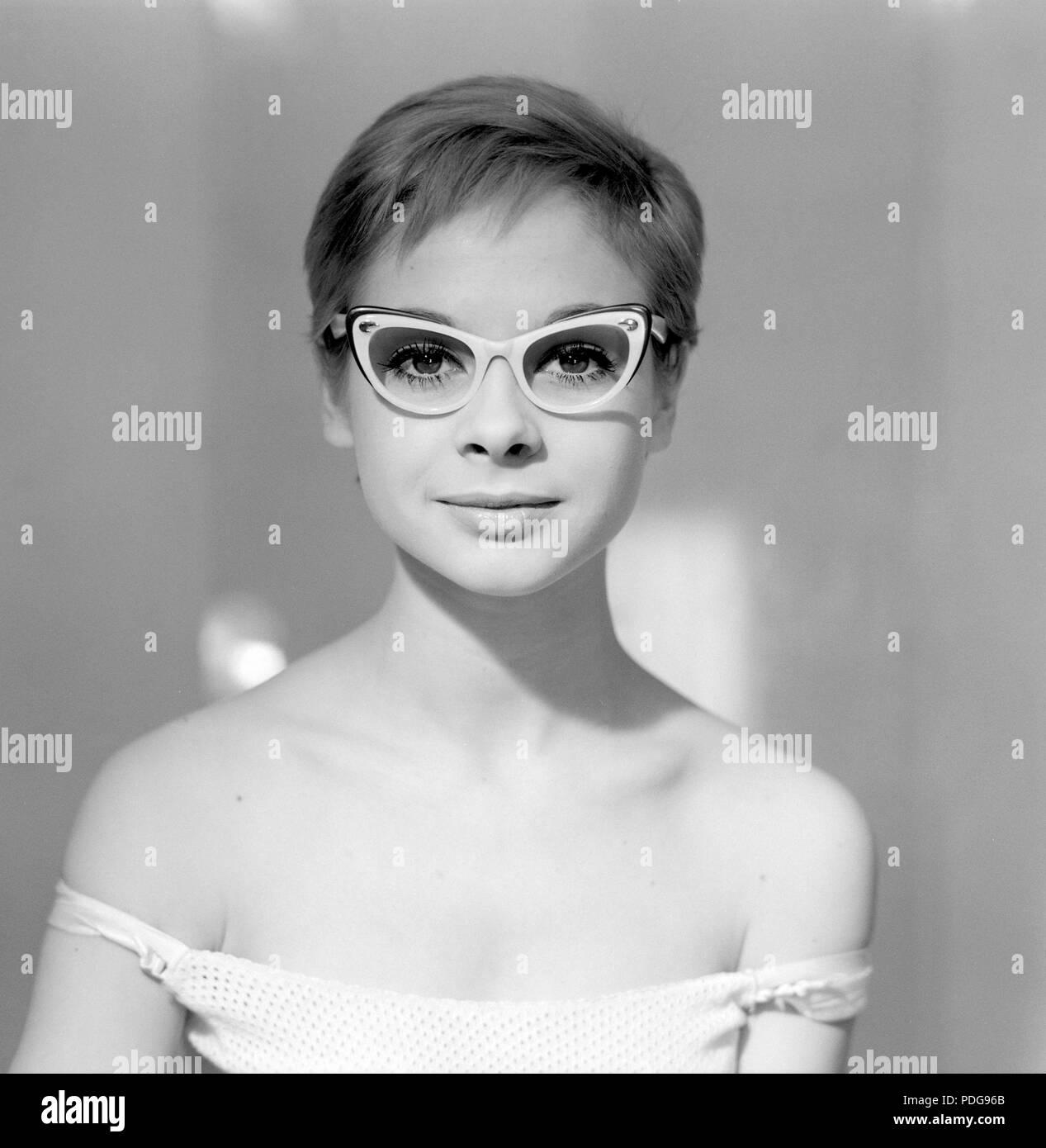 60er Jahre Brille. Eine junge Frau in Gläsern und Bogen, Januar 1961. Modelle name Monica Flodqvist Stockbild