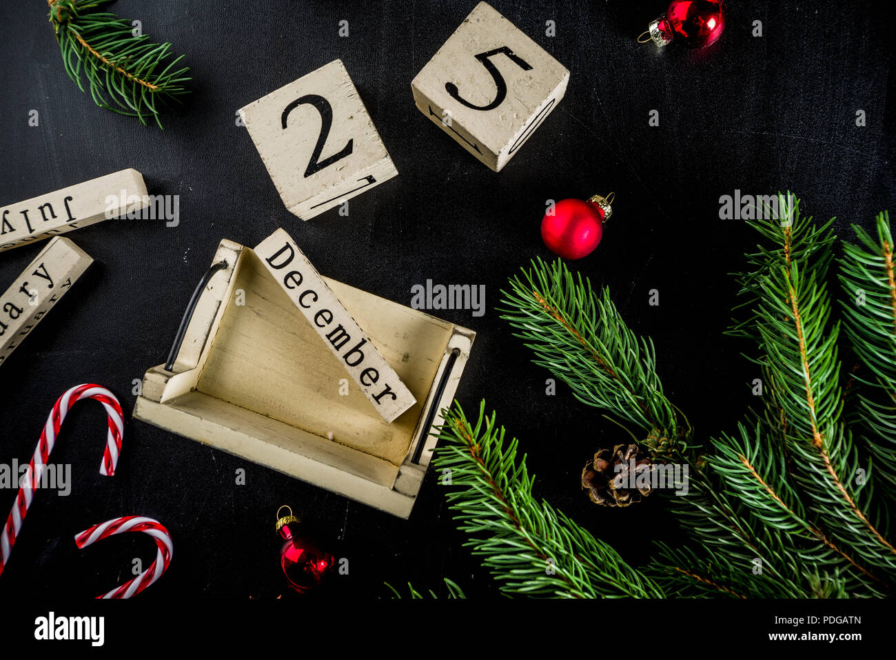 Ist Weihnachten Am 24 Oder 25.Weihnachten Konzept Mit Dekorationen Tannenbaum äste Mit Kalender