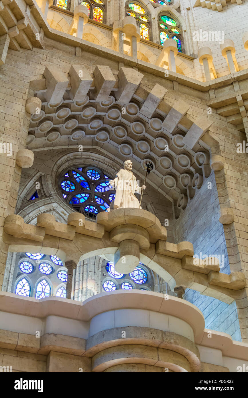 Statue des Hl. Josef im Querschiff von Gaudis Sagrada Familia, Barcelona, Spanien. Innenraum der Krippe Fassade. Stockbild