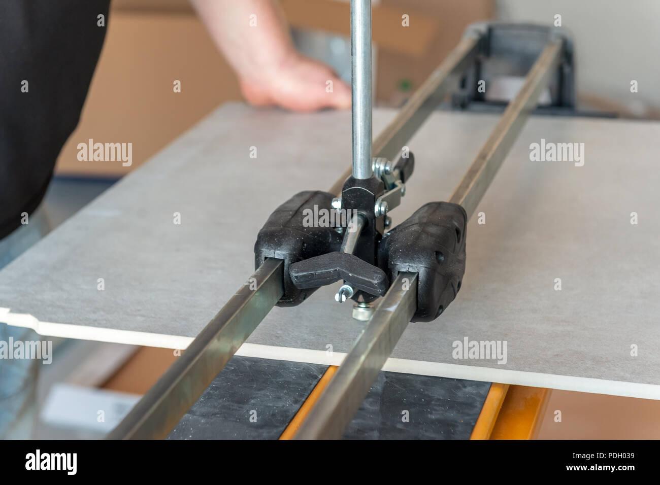 Tile Cutter Maschine Arbeiter Schneiden Keramische Bodenfliesen