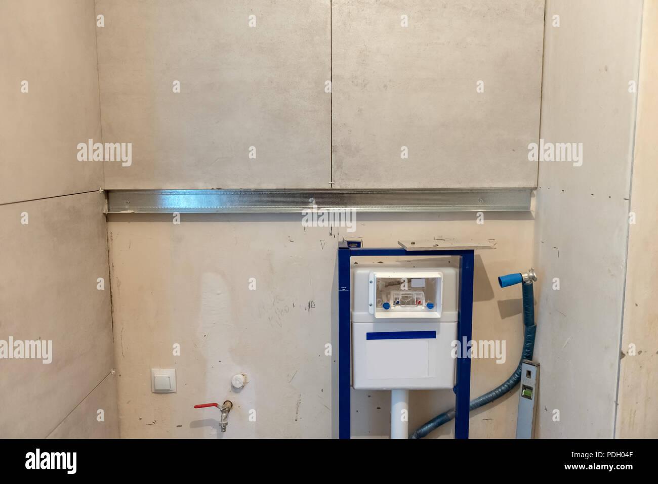 Badezimmer während der Ausbauarbeiten. Installation von ...