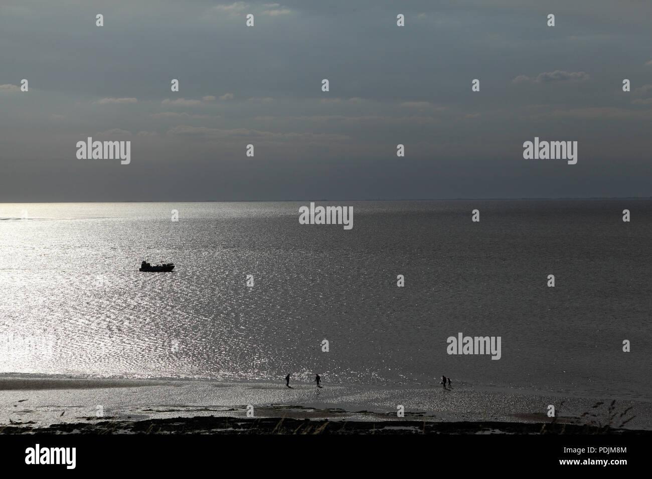Die Wäsche Monster, finsteren Silhouette, Amphibischen, Pkw, Boot, vergnügen, Kreuzfahrt, die Wäsche, von Hunstanton, Abendlicht, Norfolk, Großbritannien Stockbild