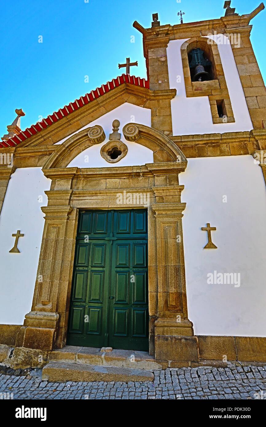 HDR Blick auf die Pfarrkirche aus dem 14. Jahrhundert und im späten 17. Jahrhundert mit einem geraden Sturz auf dem Portal von pilastern gerahmten renoviert, ich Stockbild