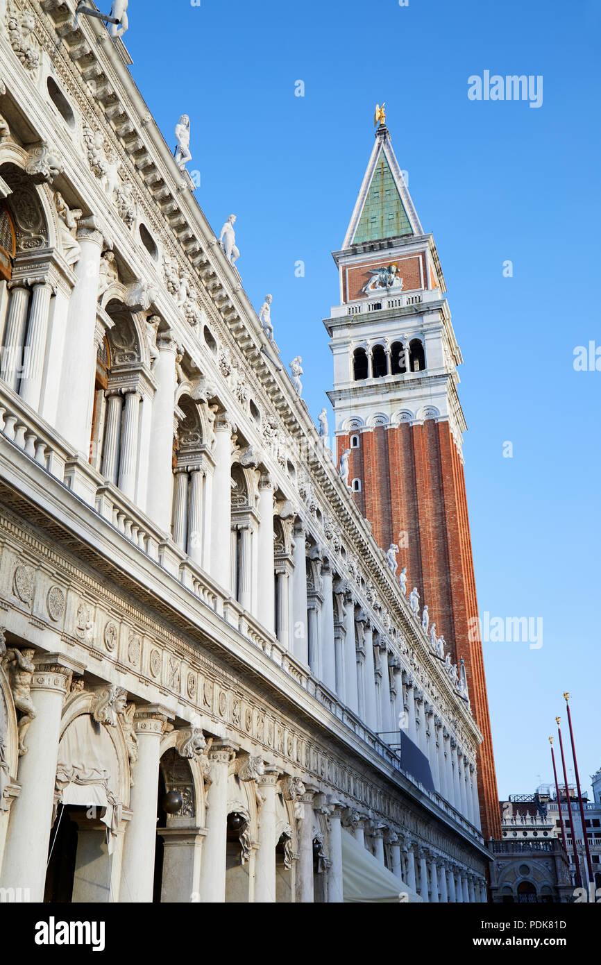 Venedig, nationalen Marciana Gebäude der Bibliothek und San Marco Glockenturm, blauer Himmel an einem sonnigen Tag in Italien Stockbild