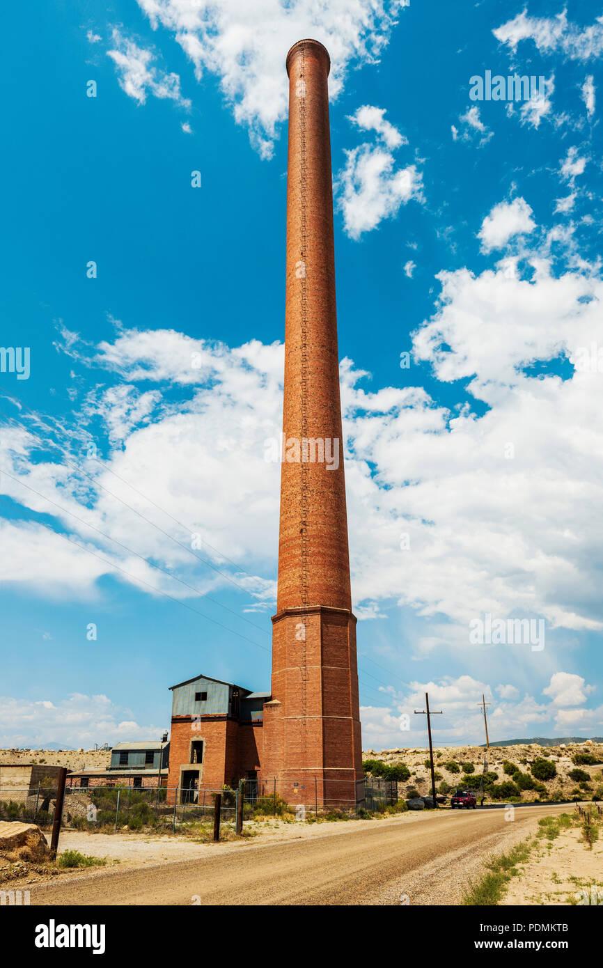 Die alte Ohio-Colorado Verhüttung und Raffination Firma Schornstein (1902 bis 1920); Smelledertown; in der Nähe von Salida, Colorado, USA. Gebaut 1917; 365 Meter hoch. Nat Stockbild