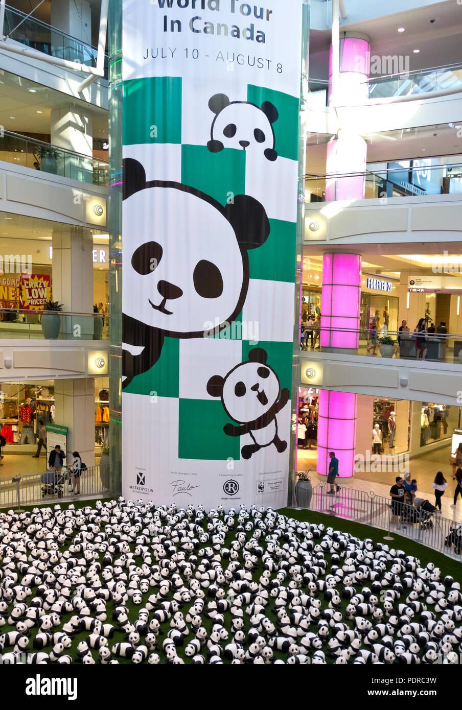 888 Pappmaché Pandas auf Anzeige an der Metrotown Shopping Center als Teil des Pandas World Tour, um Geld für die Welt Wildlife Federation WWF zu erhöhen Stockbild